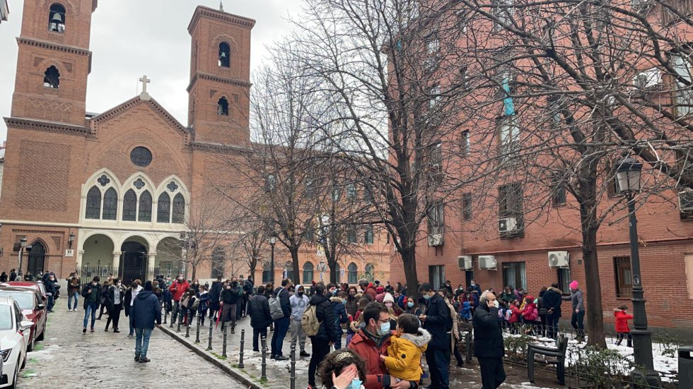 Muchos padres de los alumnos del Colegio de la Paloma han acudido enseguida al lugar de la explosión.