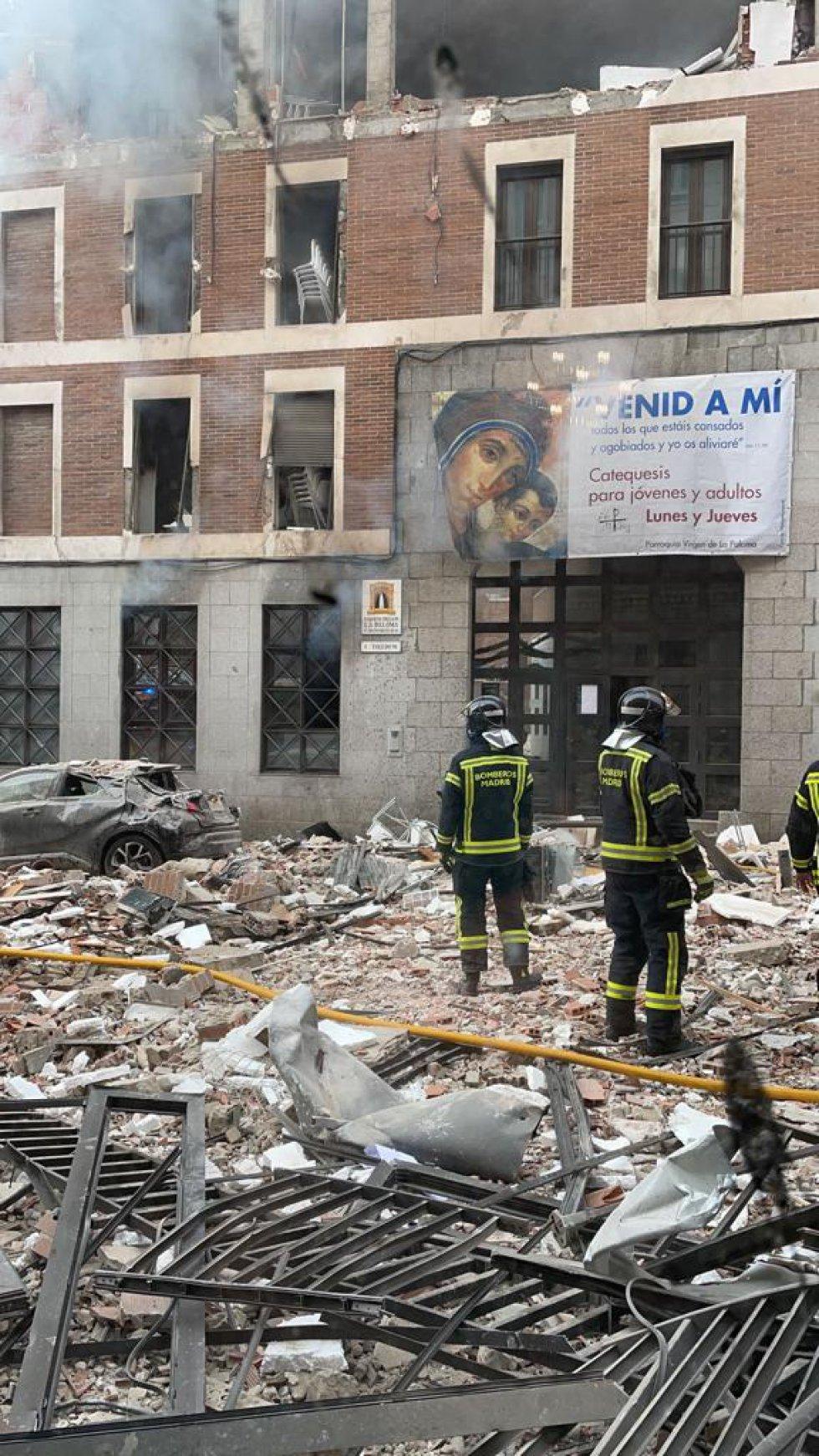 Bomberos, en el lugar de la explosión.