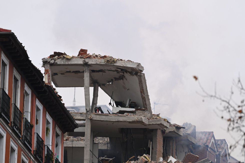 Detalle de la parte superior de un edificio afectado por la explosión de un edificio del centro de Madrid.