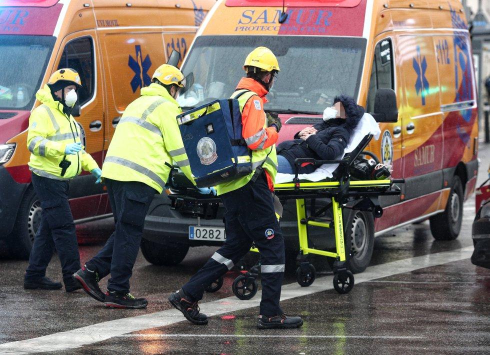 Varios trabajadores sanitarios trasladan a un herido.