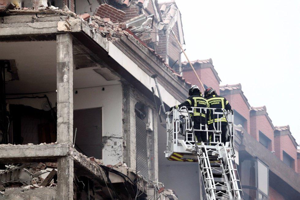 Dos bomberos trabajan en el inmueble momentos posteriores a la explosión.