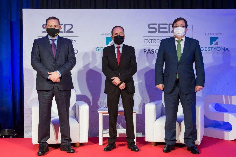 El ministro de transporte junto al director de SER Extremadura y el presidente de la Junta de Extremadura
