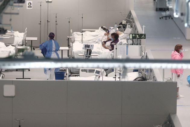 Varios pacientes en el interior de las instalaciones del Hospital Enfermera Isabel Zendal.