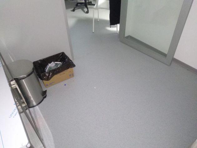 Basuras improvisadas con cajas de cartón, en el Hospital Zendal.