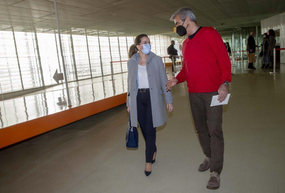 Carles Francino habla con la alcaldesa, Ana Belén Castejón, a su llegada al Batel