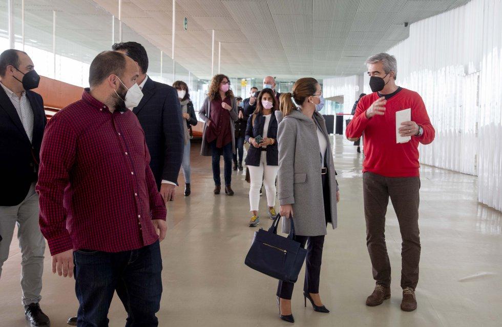 Carles Francino habla con la alcaldesa, Ana Belén Castejón, a su llegada al Batel ante la mirada de Javier Ruiz, director de contenidos de la Cadena SER en la Región de Murcia