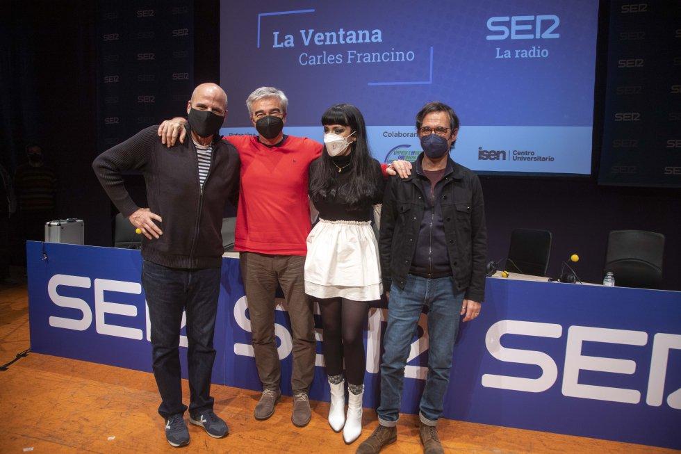 Carles Francino con los músicos de Los Marañones y María de Juan