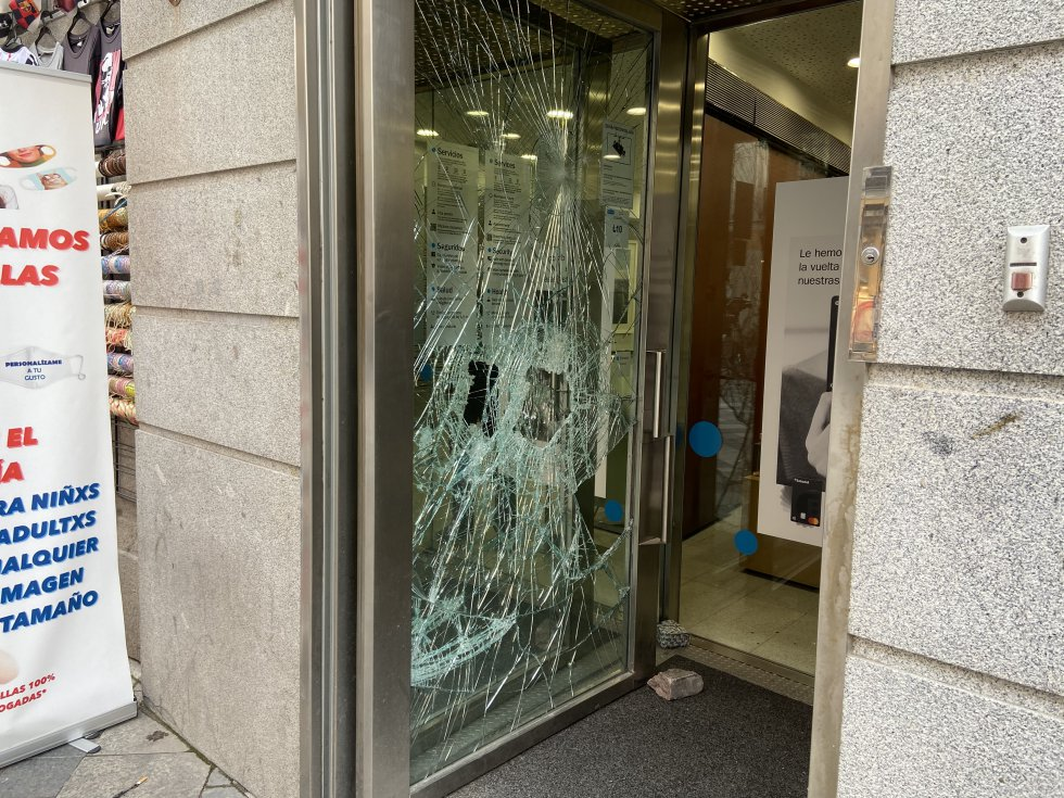 Algunos manifestantes apedrearon las puertas de comercios del centro.