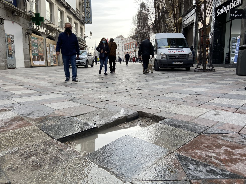Adoquines de las calles fueron empleados como objetos arrojadizos.