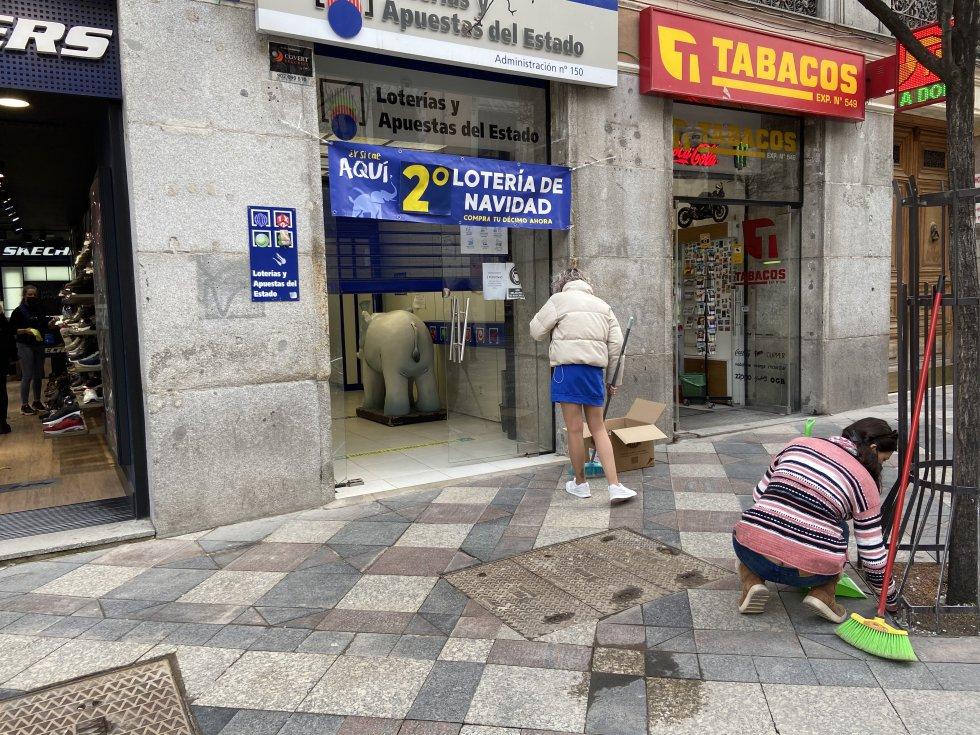Comerciantes limpian desperfectos frente a su local en la mañana de este jueves.