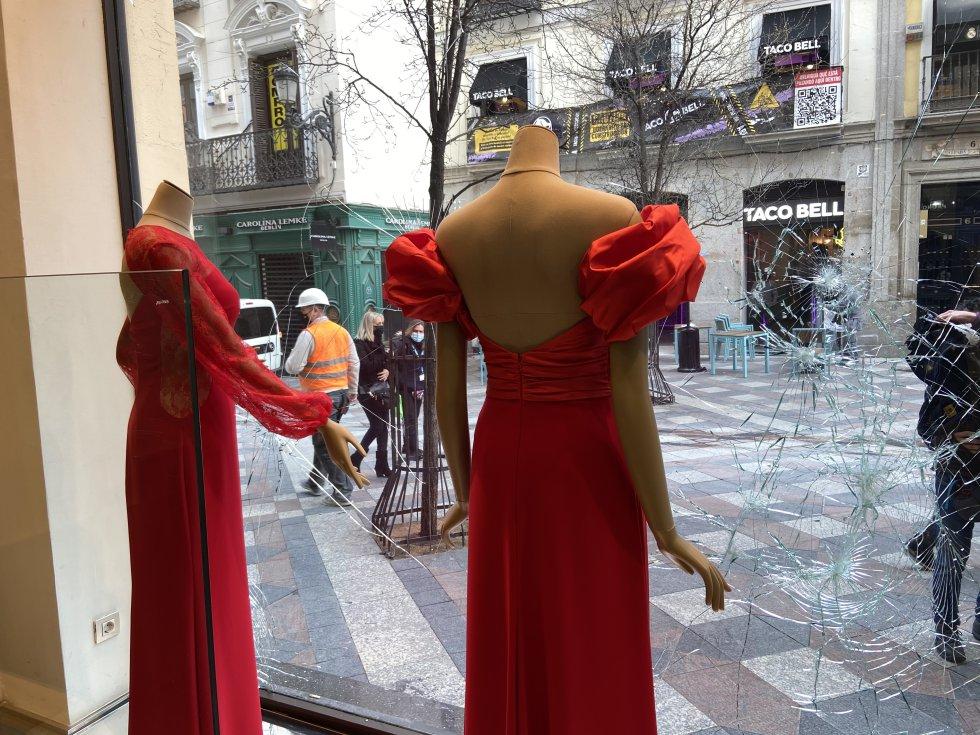Imagen de un escaparate dañado visto desde dentro del local de la Calle Arenal, que discurre entre Sol y Ópera.