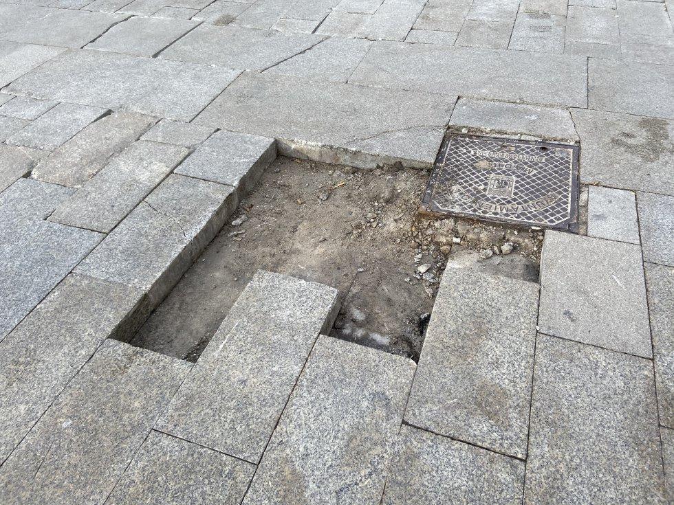 Adoquines de la Puerta del Sol que fueron arrancados y posteriormente lanzados.