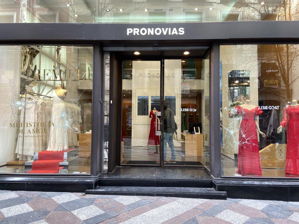 Escaparates rotos de una tienda de vestidos de novia.