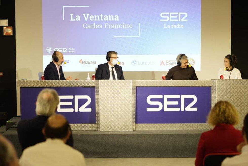 El presidente del Athletic, Aitor Elizegi; el alcalde de Bilbao, Juan María Aburto; el director de 'La Ventana', Carles Francino y la entrenadora del primer equipo femenino del Athletic, Iraia Iturregi.