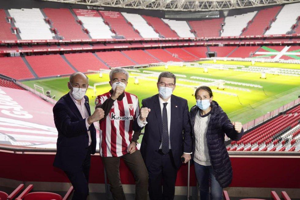 El presidente del Athletic Club, Aitor Elizegi; el director de 'La Ventana', Carles Francino; el alcalde de Bilbao, Juan María Aburto y la entrenadora del primer equipo femenino, Iraia Iturregi.