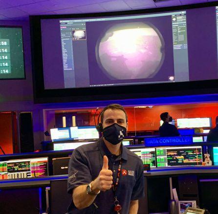 El ingeniero de la NASA Fernando Abilleira con la primera foto enviada por la Perseverance desde Marte