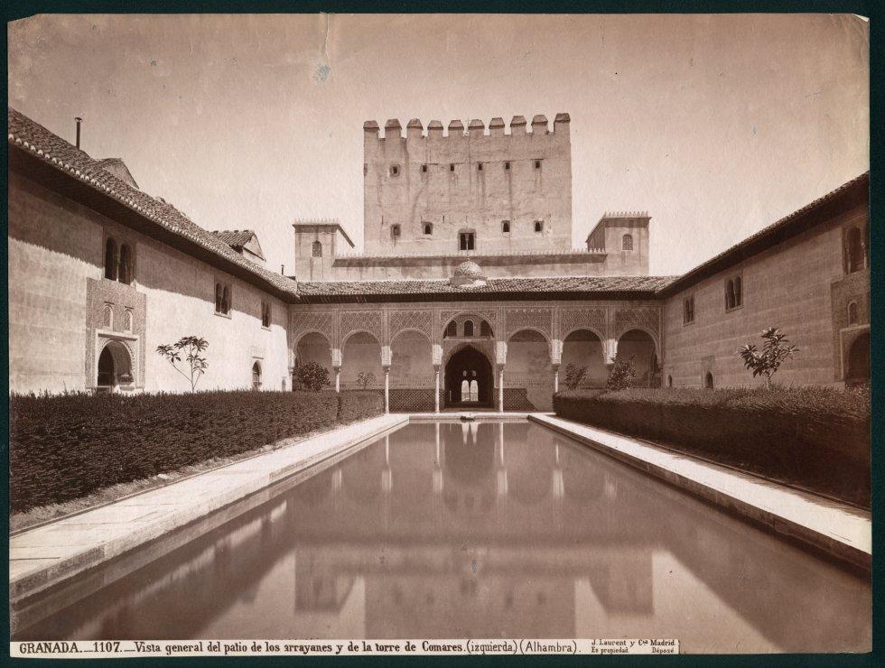 GRANADA.-1107.-Vista general del patio de los arrayanes y de la torre de Comares (izquierda) (Alhambra). Museo Nacional de Artes Decorativas