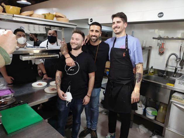 Mauro, Omar y Javier, con Juan Víu al fondo, en el restaurante Ramé