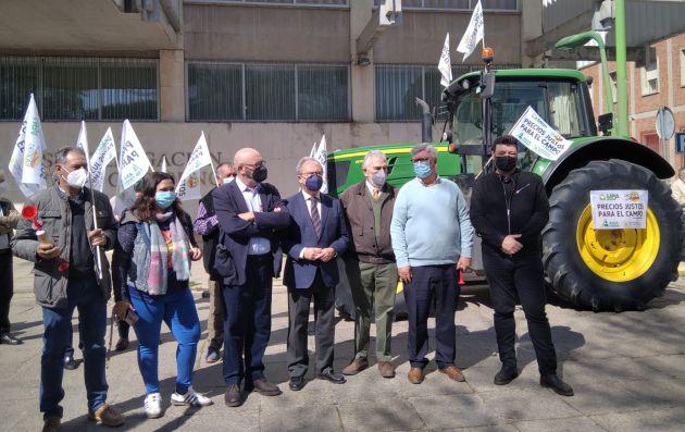Representantes de organizaciones agrarias, cooperativas, sindicatos y empresarios durante la concentración en la Subdelgación del Gobierno de Córdoba