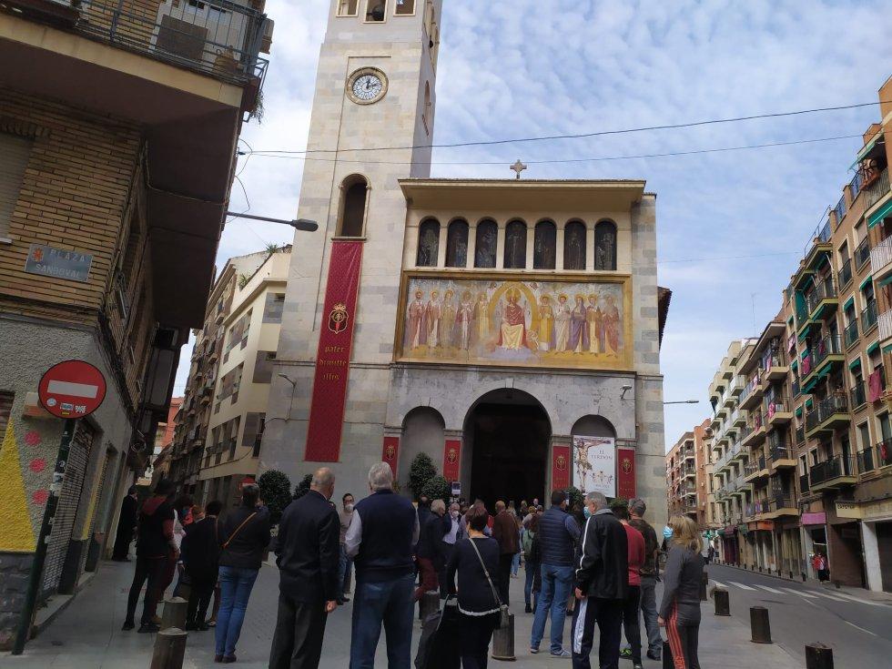 Desde las 10.00h y hasta las 19.00h se han producido colas a las puertas de la Iglesia de San Antolín