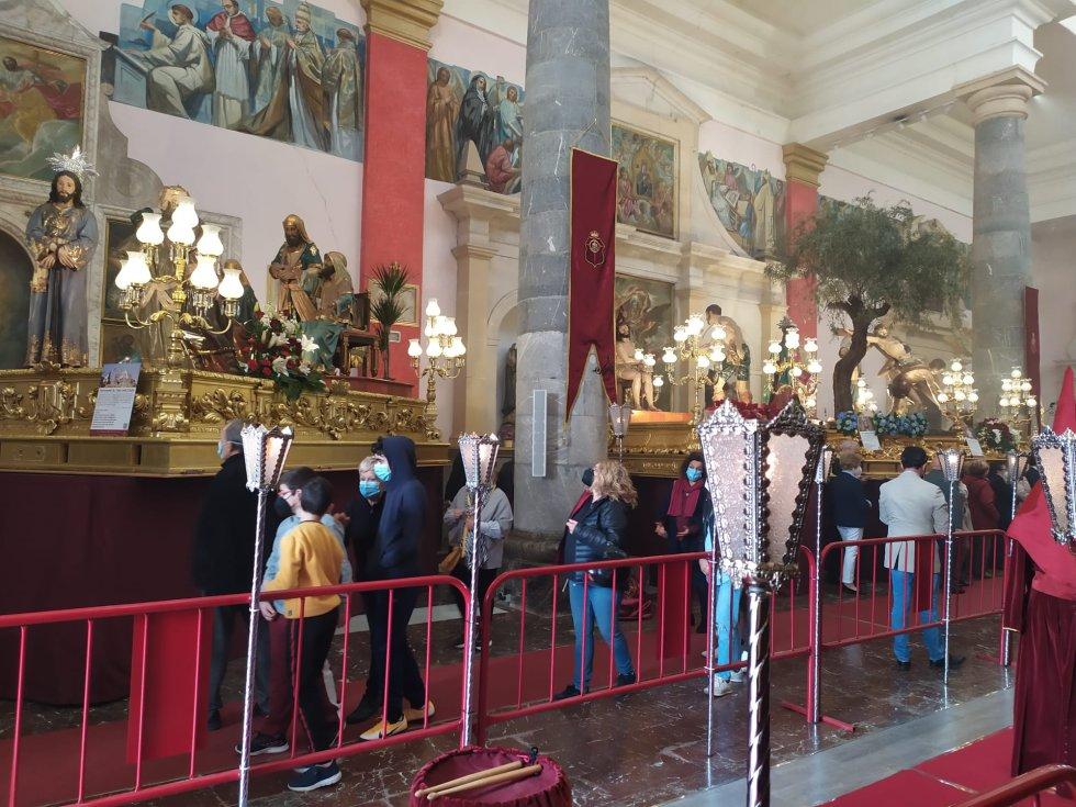 A lo largo de todo el día la Iglesia de San Antolín ha recibido a cientos de personas dispuestas a rendir culto a las diferentes imágenes procesionales