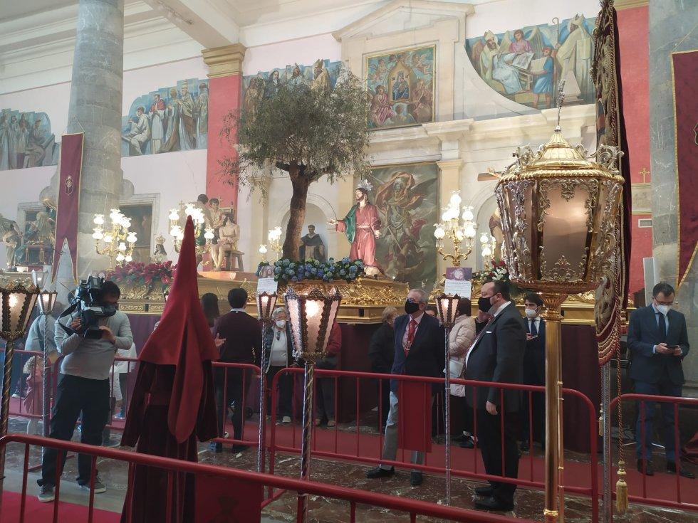 El trono que porta las imágenes de 'Getsemaní' también ha formado parte de la exposición, donde no ha faltado una 'procesión' central con la idumentaria magenta
