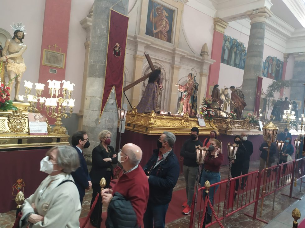 Los tronos e imágenes han sido dispuestos de manera que 'la procesión' ha sido realizada por los vecinos y visitantes que han querido pasarse por la Iglesia de San Antolín