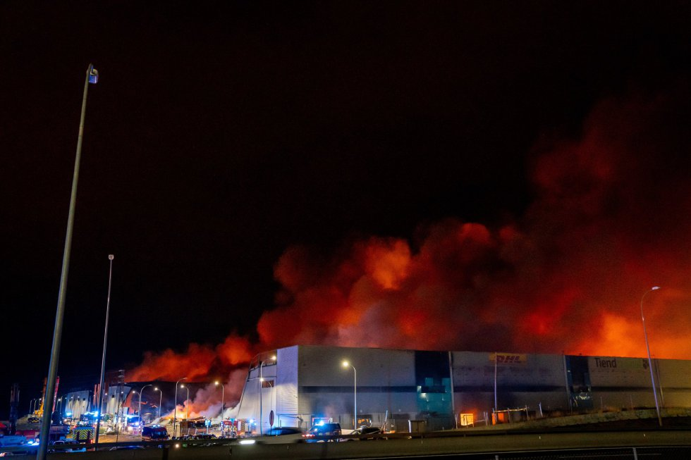 Archivo - Incendio en tres naves industriales de Seseña