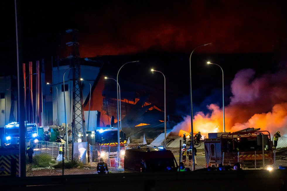 Incendio de una nave industrial, el 13 de abril de 2021, en Seseña Nuevo, Toledo, Castilla- La Mancha, (España). El suceso ha ocurrido a las 17.54 horas en una nave ubicada en el kilómetro 34 de la autovía A-4, en sentido Andalucía, y en principio no ha causado heridos. Hasta el lugar se han desplazado efectivos de la Guardia Civil y la Policía Local, así como bomberos de Illescas, Orgaz y Toledo y una ambulancia de soporte vital básico. Además, efectivos de 14 dotaciones de los bomberos de la Comunidad de Madrid se han unido a los efectivos de Castilla-La Mancha en los trabajos de extinción. 13 ABRIL 2021;INCENDIO;SESEÑA;NAVE;INDUSTRIAL; David Casero/Europa Press 13/04/2021
