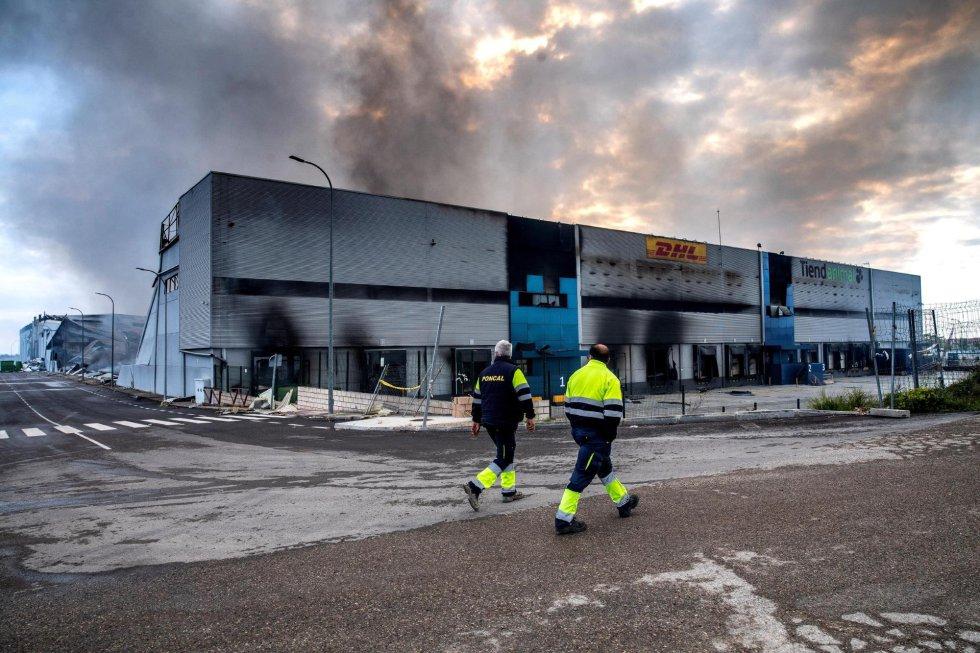 GRAF4089. SESEÑA (TOLEDO), 14/04/2021.- Vista del estado del polígono tras los trabajos de los bomberos este miércoles tras el incendio que se declaró en la tarde de ayer martes en cuatro naves del polígono industrial de Seseña (Toledo), que ya está perimetrado. EFE/Ismael Herrero