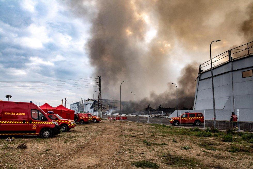 GRAF4125. SESEÑA (TOLEDO), 14/04/2021.- Bomberos del Consorcio de Toledo y de la Comunidad de Madrid continúan este miércoles trabajando en el incendio que se declaró en la tarde de ayer martes en cuatro naves del polígono industrial de Seseña (Toledo), que ya está perimetrado. EFE/Ismael Herrero