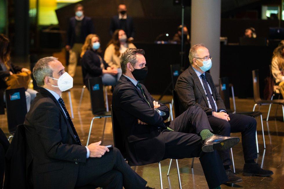 El director de la Cadena SER en Galicia, Mario Moreno, el delegado del gobierno en Galicia, José Miñones, y el alcalde de Santiago, Xosé Sánchez Bugallo, durante la intervención de Carmen Calvo en clausura de las jornadas.