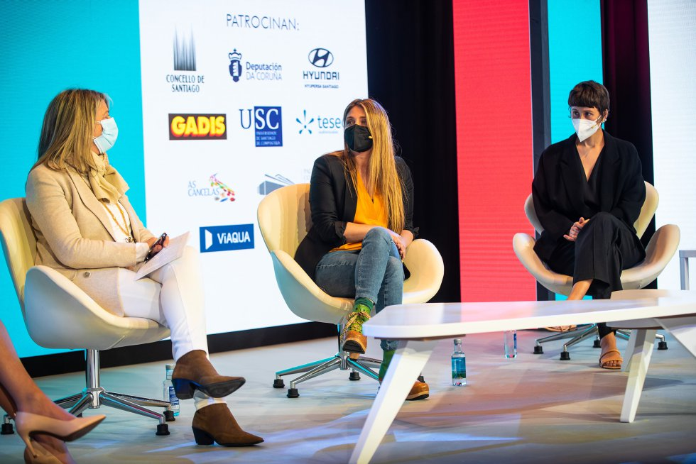 La chef Lucía Freitas y la empresaria Tiziana Domínguez charlan con la concejala de Santiago, Mila Castro, sobre brecha salarial.