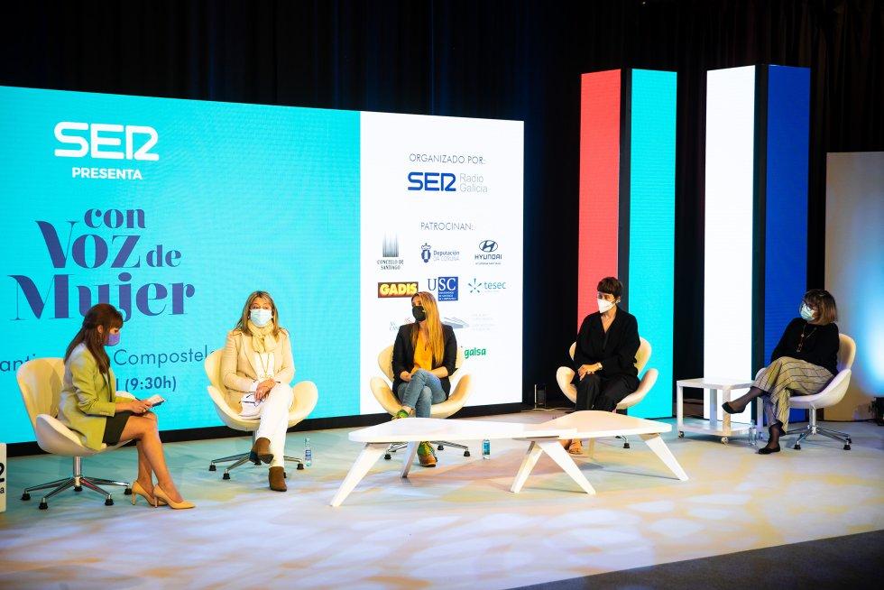 Coloquio sobre brecha salarial moderado por Macarena Berlín y con la participación de Mila Castro, concejala en Santiago, la chef Lucía Freitas, la empresaria Tiziana Domínguez y la sindicalista de CCOO, Maica Bouza.