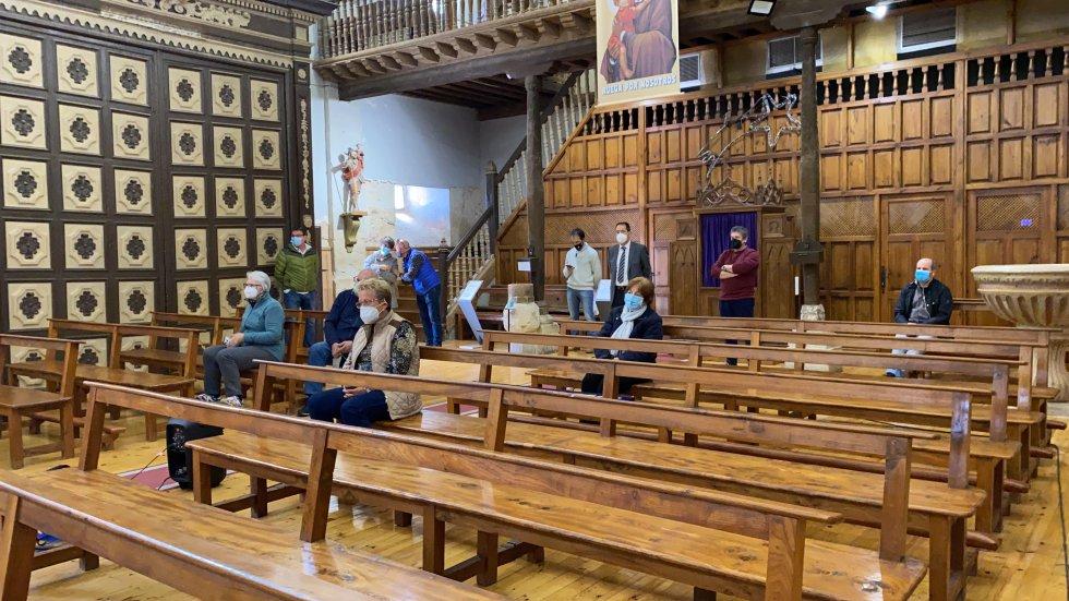 Parte del público en la iglesia