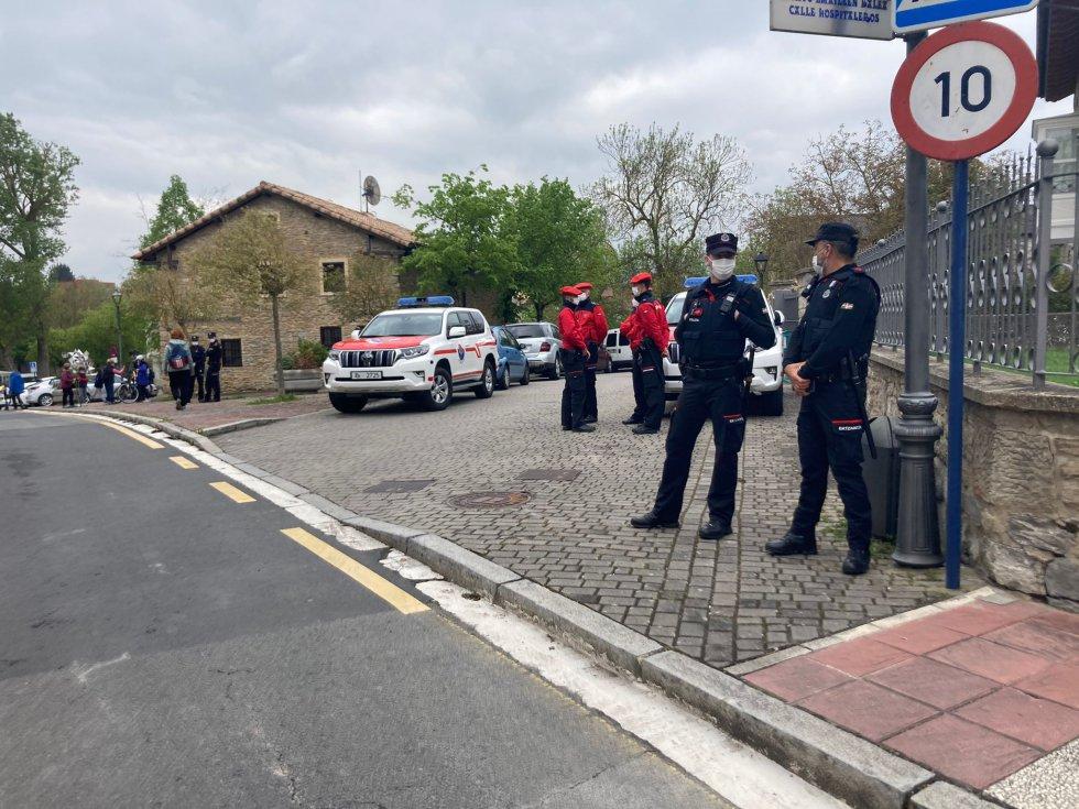 Agentes de la Ertzaintza, enfrente de la Basílica de San Prudencio, controlando que no se formen aglomeraciones