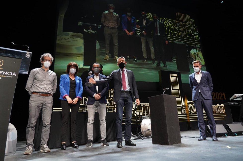 Gorka Orive, Ugo Mayor, Miren Basaras y Guillermo Quindós recogen el premio en la categoría de Investigación
