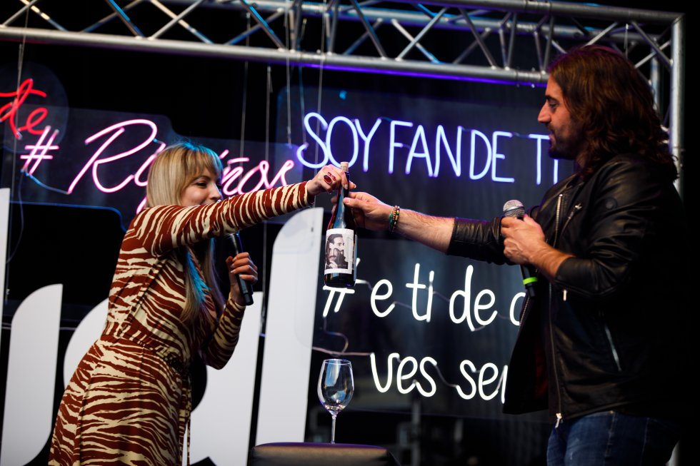 Patricia Imaz le entrega el vino a Andrés Suárez