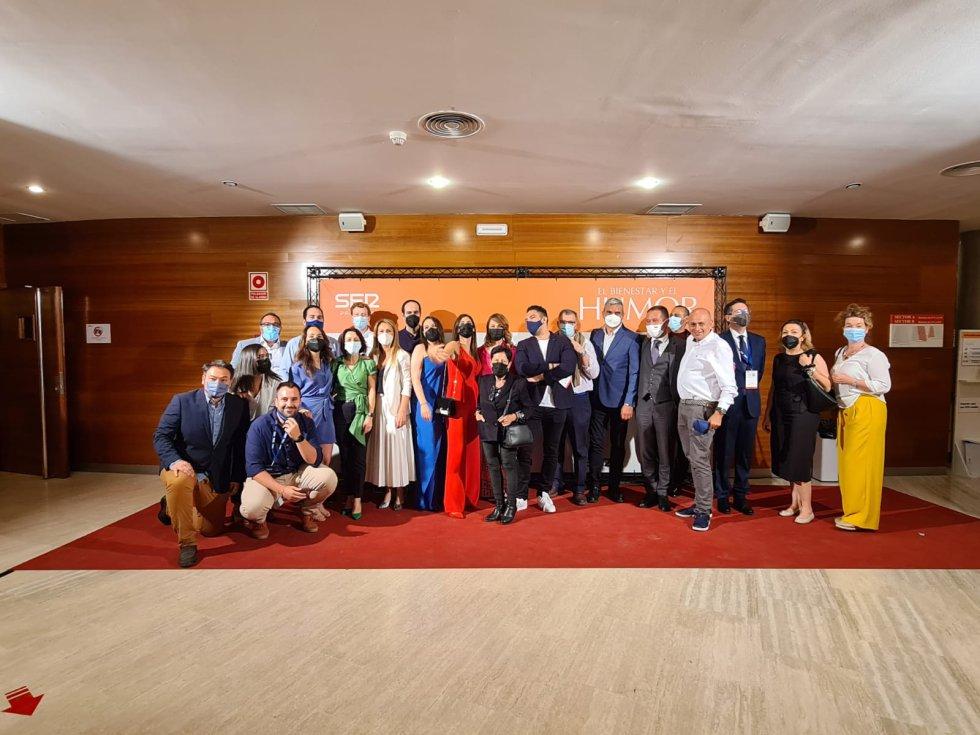 Foto de familia de parte de los profesionales de la Cadena SER en Castilla La Mancha durante el Congreso del Bienestar en Alcázar de  San Juan