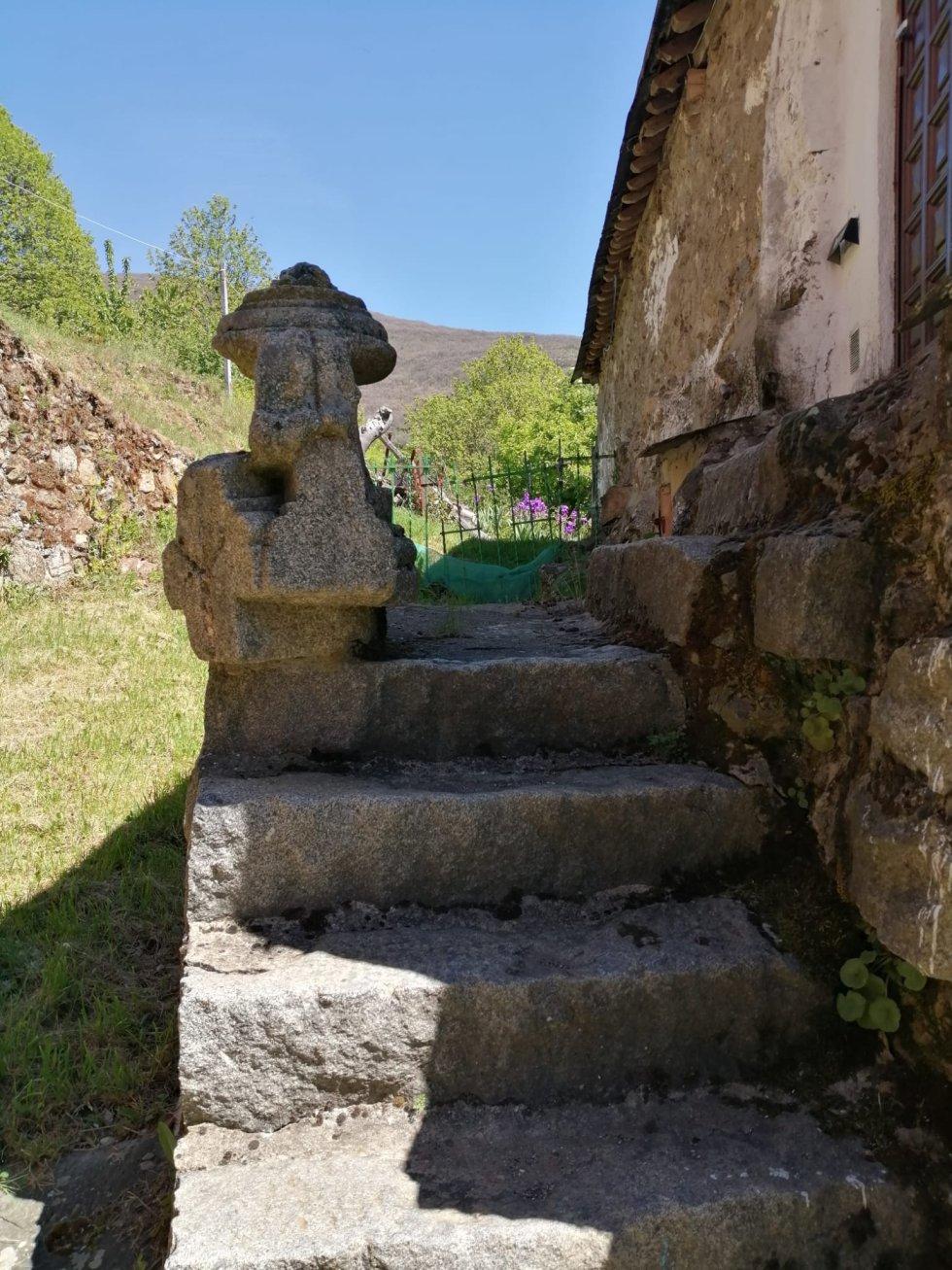 Restos colocados sobre unas escaleras