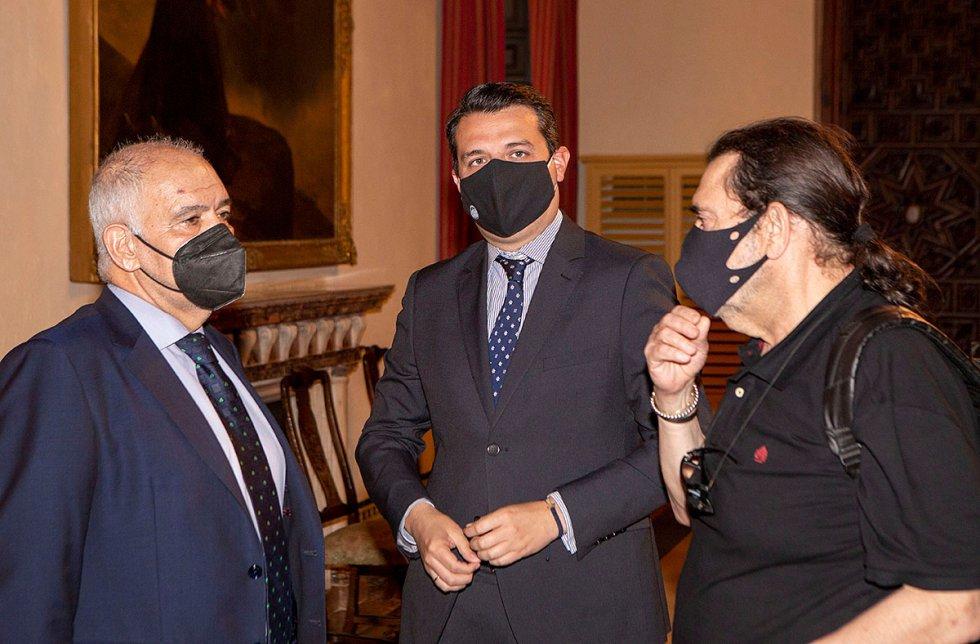 José Luis Berrendero, director general de Unicaja Banco, junto al alcalde de Córdoba, José María Bellido, y el arquitecto y urbanista Manuel González Fustegueras