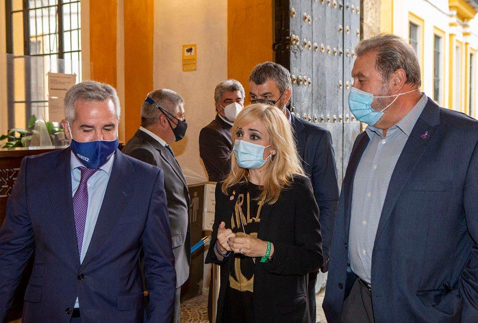 El director de contenidos de la Cadena SER Andalucía, Diego Suárez, recibiendo a Carmen Castilla, secretaria general de UGT-A y a Juan Bautista Ginés, secretarion general de UGT en Sevilla