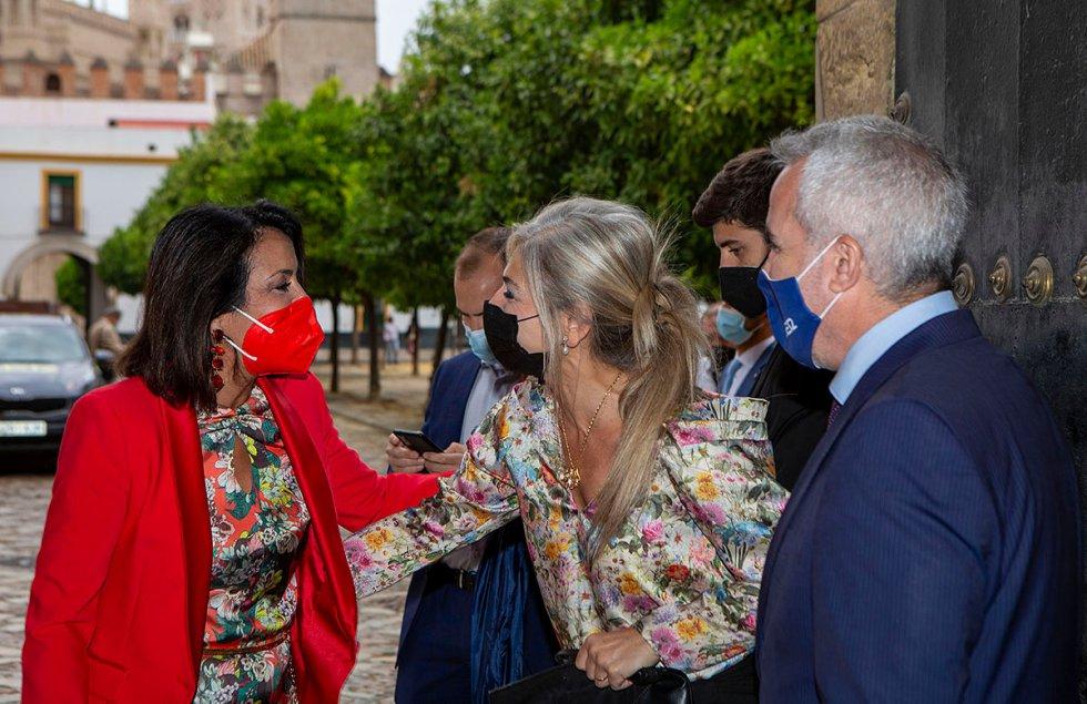 La presidenta del Parlamento, Marta Bosquet y la consejera de Cultura, Patricia del Pozo, se saludan a la entrada del Real Alcázar