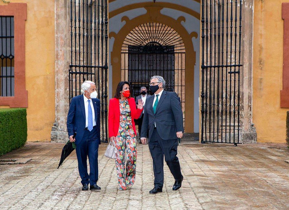 El director de la Cadena SER Andalucía junto a la presidenta del Parlamento Andaluz, Marta Bosquet.