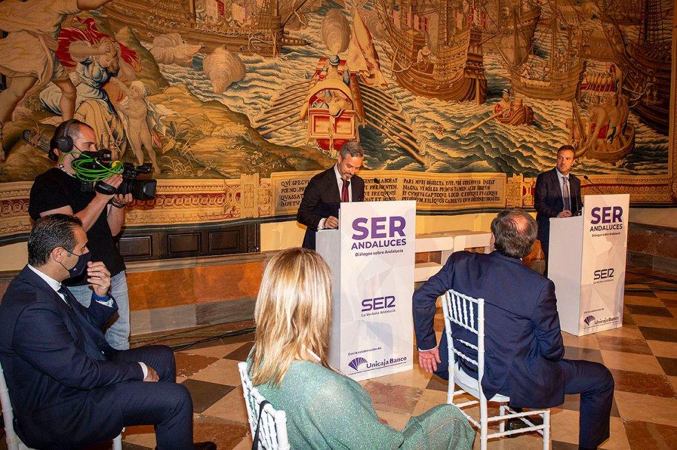 Fernando Pérez Moguió, director de La Ventana Andalucía, y Juan Bravo, consejero de Hacienda, durante su intervención