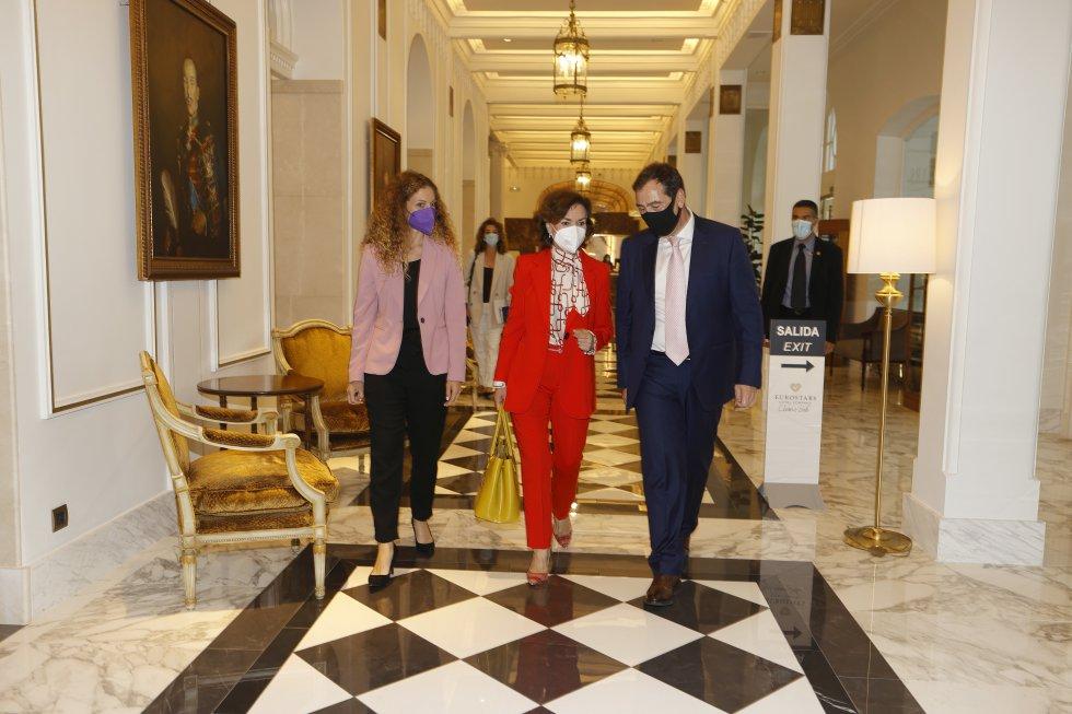 La delegada del Gobierno en Cantabria, Ainhoa Quiñones, la vicepresidenta primera, Carmen Calvo, y el director de la cadena SER en Cantabria, Jordi Finazzi, a su llegada al Hotel Real.