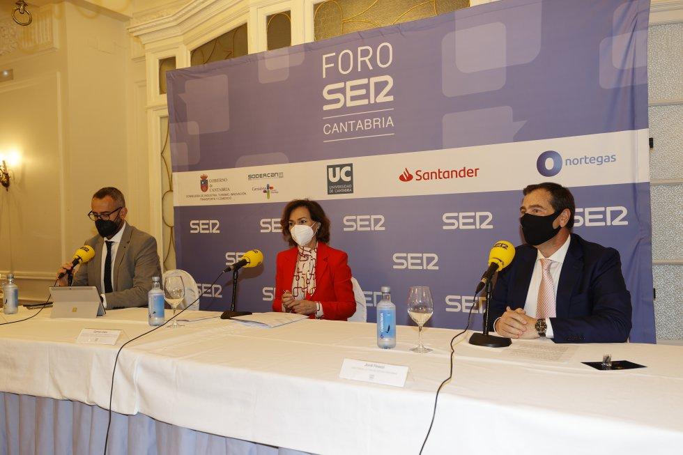 De izquierda a derecha, Fermín Mier, Carmen Calvo y Jordi Finazzi.