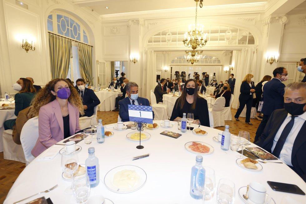 El presidente de Cantabria, Miguel Ángel Revilla, y el presidente del Parlamento Regional, Joaquín Gómez, entre los asistentes a esta edición de Foro SER Cantabria.