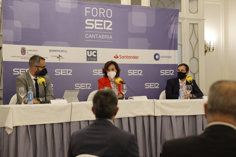 Fermín Mier, Carmen Calvo y Jordi Finazzi durante la celebración del foro.