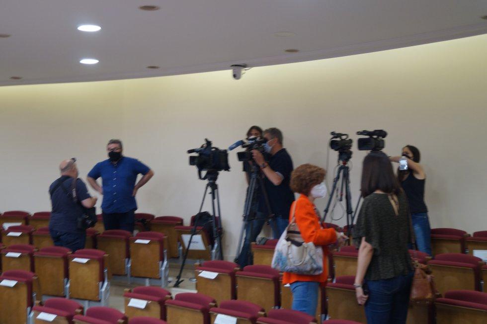 Los medios de comunicación, preparando el trabajo para la sesión